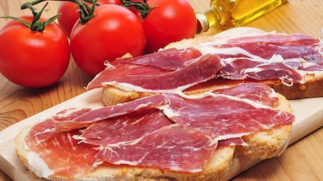 Tostadas con tomate, jamón y aceite, un desayuno exquisito y muy saludable