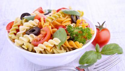 Disfruta de una ensalada de pasta muy sencilla y saludable